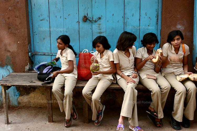 04.10.2008 Dwarka(Gujarat)<br /> <br />  Group of young school girls drinking coconut juice in the street.<br /> <br /> Groupe de jeunes ecolieres buvant du jus de noix de coco.