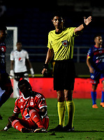 CALI - COLOMBIA, 15-09-2018: Lisandro Castillo, arbitro, durante partido entre América de Cali y Deportivo Pasto, de la fecha 10 por la Liga Aguila II 2018 jugado en el estadio Pascual Guerrero de la ciudad de Cali. / Lisandro Castillo, referee, during a match between America de Cali and Deportivo Pasto, of the 10th date for the Liga Aguila II 2018 at the Pascual Guerrero stadium in Cali city. Photo: VizzorImage / Luis Ramirez / Staff.
