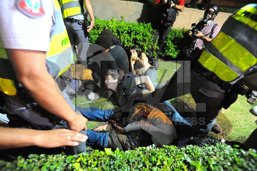 SAO PAULO, SP, 15.10.2013 -PROTESTO PROFESSORES- Manifestantes confronto com policia militar  na Marginal Pinheiros: Adriano Lima / Brazil Photo Press)