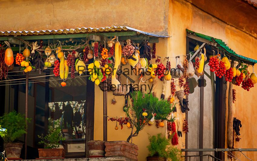 Italien, Kampanien, Sorrento: Obst und Gemuese Dekoration auf einem Balkon in der Altstadt   Italy, Campania, Sorrento: fruit and vegetables decoration at balcony in Old Town