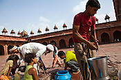 People gather to pull out water from a well at the Jama Masjid in Fatehpur Sikri in Agra, Uttar Pradesh in India. Photo: Sanjit Das/Panos pour Le Point