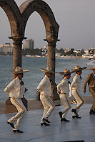 The performance of Mexican folk dancing was organize by the city and a dancing school of Puerto Vallarta.