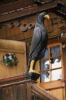 """Europe/Suisse/Pays d'Enhaut/Rougemont: Détail chalet """"Les Foisses"""" avec ses corbeaux sculptés"""