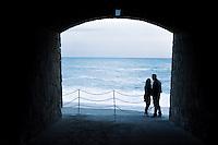 Italy, Liguria, Riviera di Levante, Deiva Marina: couple in pedestrian underpass to the beach - popular resort between Portofino and Cinque Terre, part of Nature Park 'Monte Serro - Punta Mesco' | Italien, Ligurien, Riviera di Levante, Deiva Marina: Paar in Unterfuehrung zum Strand - der kleine Badeort zwischen Portofino und Cinque Terre gehoert zum Naturpark 'Monte Serro - Punta Mesco'