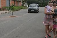 VALINHOS, SP 07.03.2019 - PROTESTO/BURACOS - Moradores do bairro Parque Portugal, em Valinhos, estão plantando bananeiras e outras plantas em buracos de rua em protesto contra a falta do serviço de tapa buracos na cidade. Desde a semana passada, eles estão colocando as mudas, já crescidas, espalhadas por várias vias do bairro.  (Foto: Denny Cesare/Codigo19)