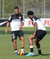 SÃO PAULO,SP, 06 julho 2013 - Ralf e Gil   durante treino do Corinthians no CT Joaquim Grava na zona leste de Sao Paulo, onde o time se prepara  para para enfrenta o Bahia pelo campeonato brasileiro . FOTO ALAN MORICI - BRAZIL FOTO PRESS