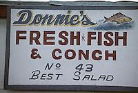 Iles Bahamas / New Providence et Paradise Island / Nassau: Détail enseigne d'un petit restaurant de rue au Marché de Potter's Cay sous le pont de Paradise Island , proposant de la salade de conque ou conch salad spécialité emblématique de la cuisine Bahamienne