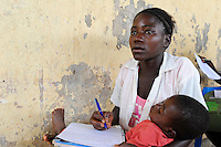 Afrika ANGOLA Kwanza Sul, Jugendliche in einer Schule im Dorf Sao Pedro, junge Mutter mit Kind / ANGOLA young people in school in village Sao Pedro, young girl with baby