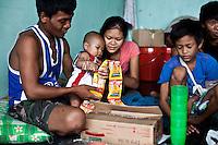 Ramon, Ramon Junior, Marisol et Lamul, 9 ans et fils de Solcito qui s'est cassé le bras en s'échappant de sa maison lorsque le typhon à atteint le ville deTacloban, Novembre 2013. VIRGINIE NGUYEN HOANG