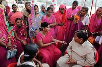 INDIEN Uttar Pradesh, Bundelkhand, Frauen unterer Kasten und kastenlose Frauen organisieren sich in der Frauenbewegung Gulabi Gang von Sampat Pal Devi , sie fordern gleiche Rechte und kaempfen notfalls mit Gewalt mit Bambusstoecken gewalttaetige Maenner, Demo in Mahoba / INDIA UP Bundelkhand, women movement Gulabi Gang in pink sari fight for women rights and against violence of men, corruption and police arbitrariness, protest rally in Mahoba, leader Sampat Pal Devi in talk with female police officer