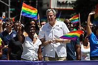 NEW YORK, EUA, 25.06.2017 - PARADA-NEW YORK - Prefeito Bill de Blasio acompanhado de sua esposa Chirlane McCray durante a Parada do Orgulho LGBT na cidade de New York nos Estados Unidos neste domingo, 25. (Foto: Vanessa Carvalho/Brazil Photo Press)