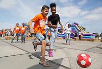 Nederland Amsterdam  2016 .  Jaarlijkse Buitenspeeldag bij de NDSM Werf. Voetbal.  Foto Berlinda van Dam / Hollandse Hoogte