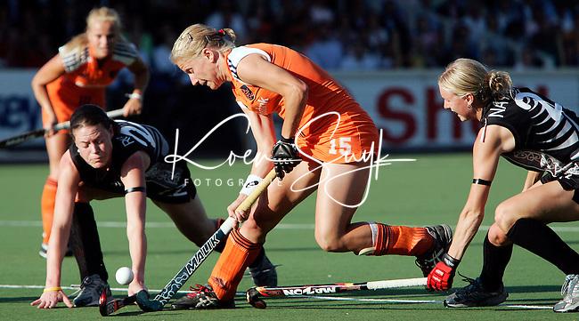 AMSTELVEEN - Janneke Schopman (m) probeert de Niewzeelandse Emily Naylor (r) en Tara Drysdale te passeren, dinsdag tijdens de wedstrijd Nederland-Nieuw Zeeland om de Rabo Champions Trophy 2006 in Amstelveen. ANP PHOTO KOEN SUYK