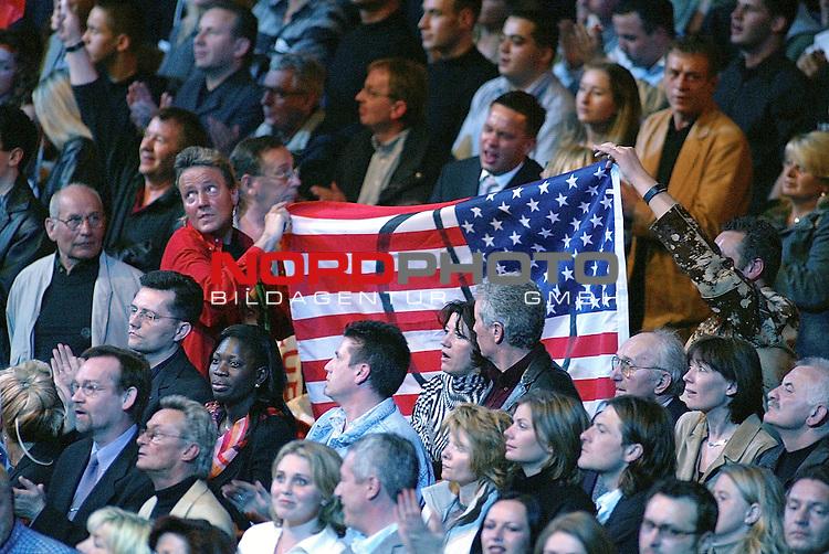 WBO-Weltmeisterschaft im Halbschwergewicht in der Color Line Arena Hamburg<br /> Dariusz Michalczewski vs. Derrick Harmon <br /> Die Zuschauer und Fans von Derrick Harmon protestierten auch in Hamburg gegen den Krieg der Amerikaner gegen den Irak<br /> Foto &copy; nordphoto <br /> <br /> <br /> <br />  *** Local Caption *** Foto ist honorarpflichtig! zzgl. gesetzl. MwSt.<br />  Belegexemplar erforderlich<br /> Adresse: nordphoto<br /> Georg-Reinke-Strasse 1<br /> 49377 Vechta