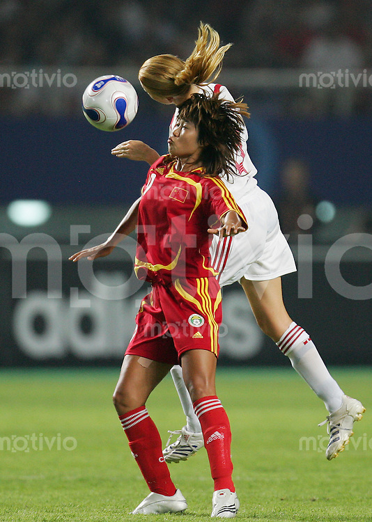 Fussball International Frauen WM China 2007  China - Daenemark China PR - Denmark HAN Duan (CHN, l) gegen Gitte ANDERSEN (DEN).