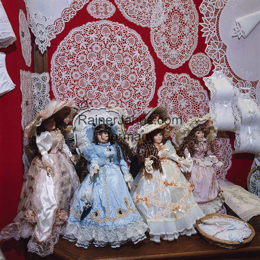 Belgium, West-Flanders, Bruges: Shop display with Lace and dolls | Belgien, Westflandern, Provinzhauptstadt Bruegge: belgische Spitzenborte