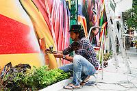ATENÇÃO EDITOR: FOTO EMBARGADA PARA VEÍCULOS INTERNACIONAIS. SAO PAULO, SP, 09 DE DEZEMBRO DE 2012. CENTENARIO DO NASCIMENTO DO ATOR/COMPOSITOR MARIO LAGO.  O artista plástico Eduardo Kobra  durante a confecção do mural em homenagem ao centenario de nascimento do cantor, ator e compositor Mario Lago na tarde deste domingo na Praça Benedicto Calixto em Pinheiros, zona sul da capital paulista. FOTO ADRIANA SPACA - BRAZIL PHOTO PRESS