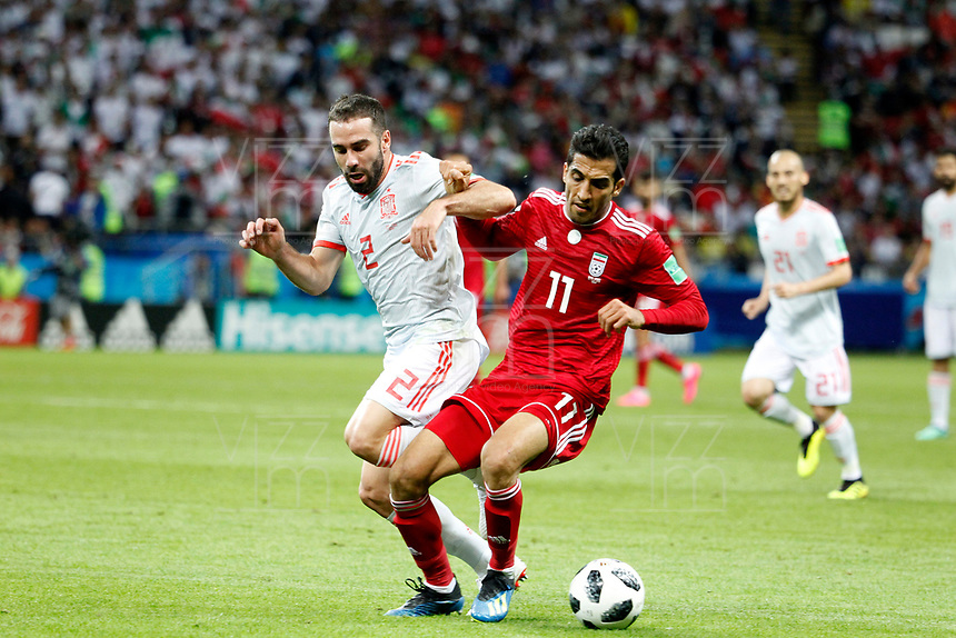 KAZAN - RUSIA, 20-06-2018: Vahid AMIRI (Der) jugador de RI de Irán disputa el balón con Dani CARVAJAL (Izq) jugador de España durante partido de la primera fase, Grupo B, por la Copa Mundial de la FIFA Rusia 2018 jugado en el estadio Kazan Arena en Kazán, Rusia. /  Vahid AMIRI (R) player of IR Iran fights the ball with Dani CARVAJAL (L) player of Spain during match of the first phase, Group B, for the FIFA World Cup Russia 2018 played at Kazan Arena stadium in Kazan, Russia. Photo: VizzorImage / Julian Medina / Cont