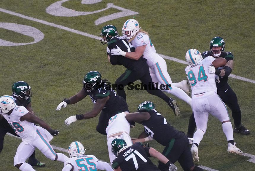 quarterback Sam Darnold (14) of the New York Jets wird gestoppt von outside linebacker Andrew Van Ginkel (43) of the Miami Dolphins - 08.12.2019: New York Jets vs. Miami Dolphins, MetLife Stadium New York