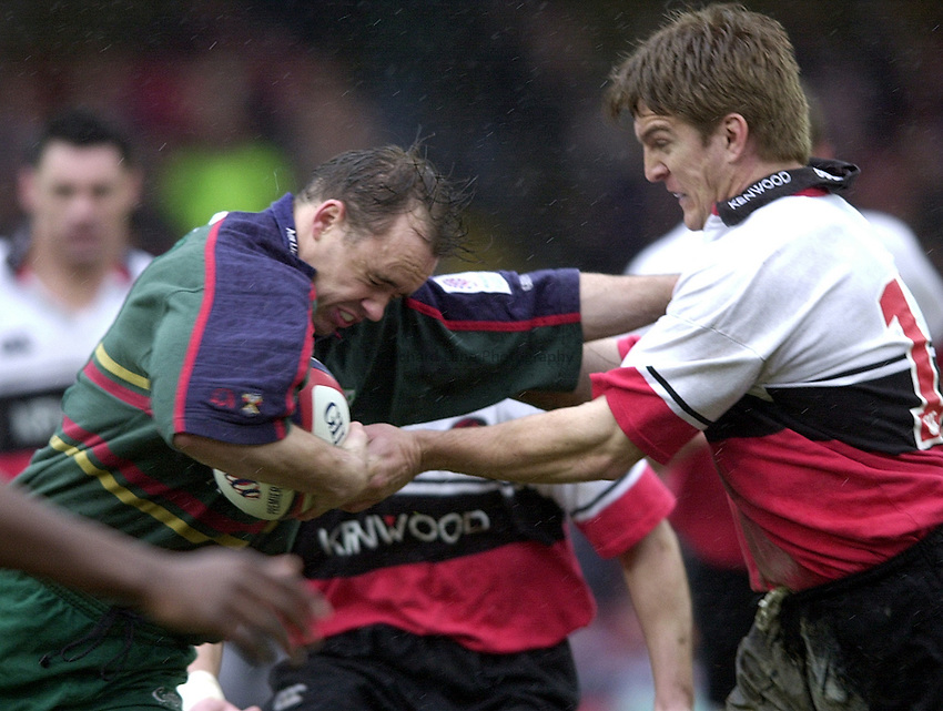 Photo. Richard Lane. .Zurich Premier League. .Saracens v London Irish. 10/3/2001.Matt Oliver runs into Tim Horan.