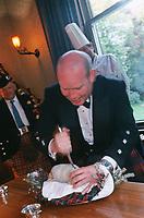 """Europe/Royaume-Uni/Ecosse/Moray/Spayside/ env de Dufftown: Présentation du Haggis [lors d'un Dîner au célèbre Haggis, plat typiquement écossais, abats de mouton épicés et avoine- à """"Linn House"""" Selon kla coutume le maitre de maison declame un ode composée par Robert Burns poète écossais et plonge son couteau dans le Haggis au moment opportun] [Non destiné à un usage publicitaire - Not intended for an advertising use]"""