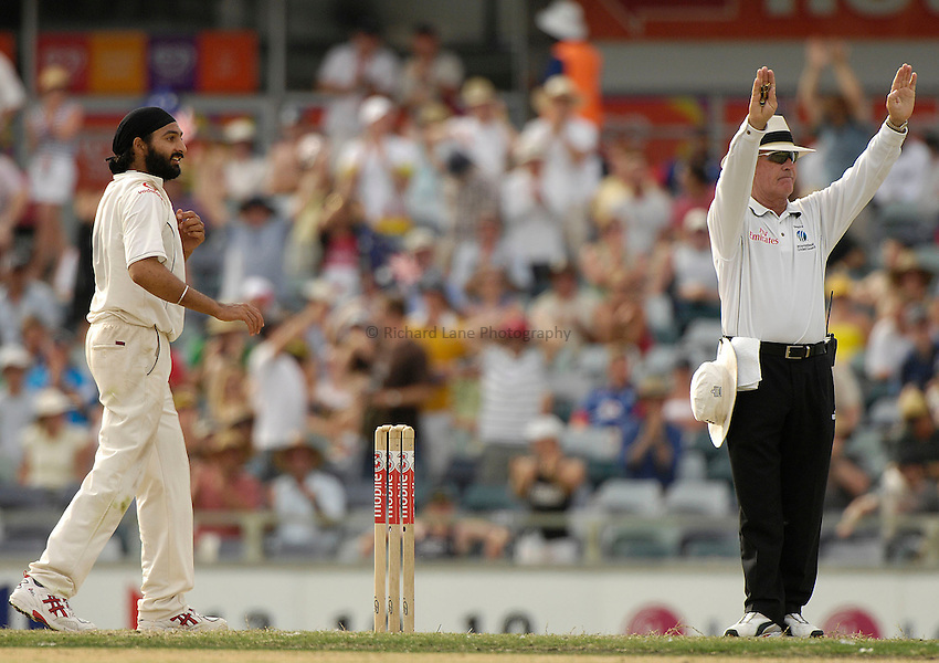 Photo: Steve Holland..Australia v England. 3 mobile Test Series, The Ashes 2006/07, 3rd Test. 16/12/2006..England's Monty Panesar gets hit for 6 runs by Adam Gilchrist.