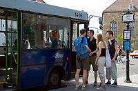 HUN, Ungarn, Budapest, Stadteil Buda, Burgviertel: Busstation am Dreifaltigkeitsplatz, Touristengruppe   HUN, Hungary, Budapest, Castle District: busstop at Trinity Square (Szentháromság ter), group of young tourists