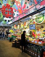 Rotterdam- De Markthal te Rotterdam is een woon- en winkelgebouw met inpandige markthal, gesitueerd bij Blaak. De opening vond plaats op 1 oktober 2014 . Groentekraam. Vers van de Teler