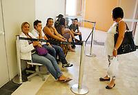 S&Atilde;O PAULO,SP,05 JANEIRO 2012 - MEGA LIQUIDA&Ccedil;AO MAGAZINE LUIZA<br /> Fia Fernandes aguarda na fila  na porta da   loja  Magazine Luiza do Shopping Aricanduva na zona leste ela foi a primeira a chegar as 19h de segunda feira (02).FOTO ALE VIANNA - NEWS FREE.