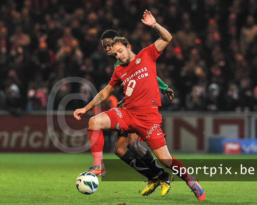 KV Kortrijk - Cercle Brugge  : Baptiste Martin aan de bal voor Mushaga Bakenga.foto VDB / BART VANDENBROUCKE