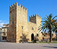 Spain, Balearic Islands, Mallorca, Alcudia: battlement Porta del Moll in Old Town | Spanien, Balearen, Mallorca, Alcudia: Porta del Moll - Festungsmauer