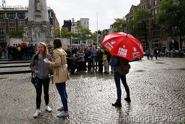 Nederland Amsterdam 2016. De Dam. Gratis tour boeken bij Sandemans New Europe. Foto Berlinda van Dam / Hollandse Hoogte