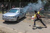 Manifestantes do grupo Black Bloc incendeiam carro da Tv Tem (filiada a rede globo) e uma viatura da Policia Militar. Apos ser fechada a via de acesso ao Instituto Royal durante protesto contra a vivissecção (testes em animais vivos) no quilômetro 56 da Rodovia Raposo Tavares, próximo à São Roque (SP), , na manhã deste sábado. Na madrugada da última sexta-feira ativistas invadiram o laboratório do local e resgataram 178 cães da raça Beagle que eram submetidos a testes. (Foto: William Volcov / Brazil Photo Press).