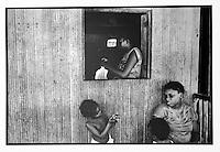 Colombia villaggio di Buenaventura  dalla finestra di una capanna, due donne  e due bambini