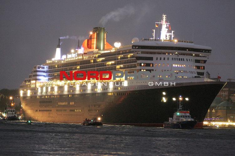 Queen Mary 2 in Hamburg<br /> <br /> Der Luxusliner l&scaron;uft am Montag gegen 5 Uhr morgens, begleitet von Barkassen und Motorbooten, auf der Elbe in den Hamburger Hafen ein - Blick in Richtung LandungsbrŁcken.<br /> <br /> <br /> <br /> <br /> <br /> Foto &copy; nordphoto / Volker Sarbach<br /> <br />  *** Local Caption *** Foto ist honorarpflichtig! zzgl. gesetzl. MwSt.<br /> <br />  Belegexemplar erforderlich<br /> <br /> Adresse: nordphoto<br /> <br /> Georg-Reinke-Strasse 1<br /> <br /> 49377 Vechta