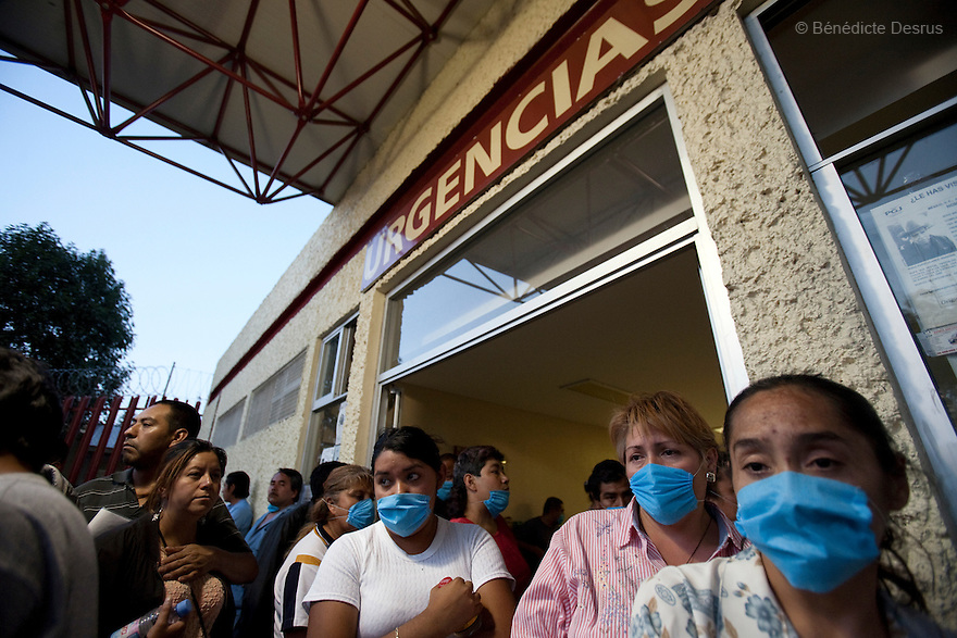 28 april 2009 - Mexico City, Mexico - People wait outside the emergency room of the General Hospital of Iztapalapa. Most are at the hospital to be checked for swine FLu like symptoms. Photo credit: Benedicte Desrus / Sipa Press