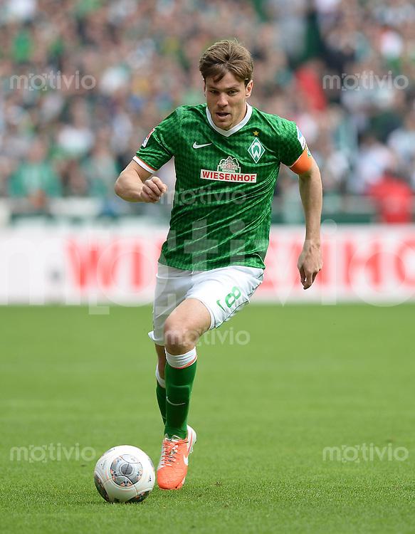 FUSSBALL   1. BUNDESLIGA   SAISON 2013/2014   31. SPIELTAG SV Werder Bremen - 1899 Hoffenhein                   19.04.2014 Clemens Fritz (SV Werder Bremen) am Ball