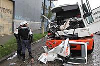 SAO PAULO, SP, 08/07/2014, CHUVA. Grave acidente na mqnha dessa terca-feira (8) na Av. Pres. Wilson altura do 5.500 no bairro do Ipiranga. Duas pessoas ficaram feridas, uma delas ficou presa as ferragens e foi socorrida pelo helicoptero Aguia ao HC. Luiz  Guarnieri/Brazil Photo Press.