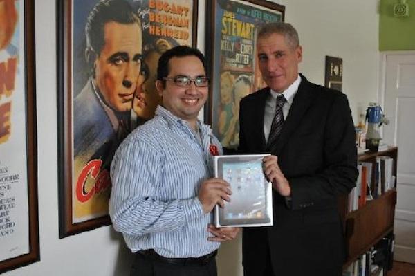 """La Embajada de Estados Unidos y el Centro Franklin entregaron a Orlando Sánchez el premio por el Ensayo """"Dónde estabas tú"""", para conmemorar el décimo aniversario de los ataques del 11 de septiembre. Fuente externa."""