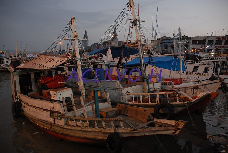 Carregadores peixeiros feirantes e clientes recebem o pescado vindo de rios e mar para comercialização interna e exportação.<br /> <br /> Belém, Pará, Brasil.<br /> Foto Paulo Santos<br /> 09/10/2008<br /> <br /> O Mercado Ver-o-Peso é um mercado situado na cidade brasileira de Belém, no estado do Pará, estando localizada na travessa Boulevard Castilho Franca, Cidade Velha, às margens da baía do Guajará. Ponto turístico e cultural da cidade, é considerada a maior feira ao ar livre da América Latina. O mercado do ver-o-peso abastece a cidade com variados tipos de gêneros alimentícios e ervas medicinais do interior paraense, fornecidos principalmente por via fluvial. Foi candidato a uma das 7 Maravilhas do Brasil. Inaugurado em 1901, é um dos mercados públicos mais antigos do Brasil.1<br /> <br /> <br /> <br /> No século XVII, onde hoje funciona o Mercado Ver-o-Peso, numa área que era formada pelo igarapé do Piri, os portugueses instalaram um posto de fiscalização e tributos dos gêneros trazidos para a sede das capitanias (Belém-PA). Este posto foi denominado Casa de Haver o Peso, que também tinha como atividade o controle do peso dos produtos comercializados. No início do século XIX, o igarapé Piri foi aterrado e, na sua foz, foi construída a doca do Ver-o-Peso.<br /> <br /> Embora a cidade estivesse abalada pela revolta popular denominada Cabanagem (1835-1840), a Casa de Haver o Peso funcionou até meados do ano de 1839. Em outubro deste mesmo ano, a repartição foi extinta e a Casa foi arrendada e destinada à venda de peixe fresco.<br /> <br /> Em 1847, com o término do contrato de arrendamento, a Casa foi demolida e iniciada a construção dos Mercados de Peixe e de Carne, este último também conhecido como Mercado Municipal ou Mercado Bolonha, uma vez que sua edificação foi feita pelo engenheiro Francisco Bolonha.<br /> <br /> No Ciclo da Borracha, entre o final do século XIX e começo do século XX, a cidade de Belém teve grande importância comercial, principalmente pa