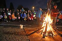Kinder der KiTa Regenbogen beim Martinsfeuer an der katholischen Kirche St. Nikolaus van der Flüe