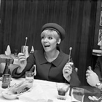 La chanteuse française, Annie Cordy en visite au Quebec,<br /> , Entre le 17 et le 23 avril 1967<br /> <br /> Photographe : Photo Moderne