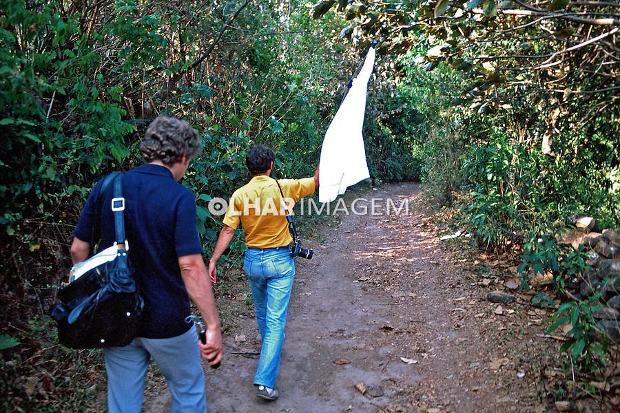 Trabalho de jornalistas na guerra civil de El Salvador. 1981. Foto de Juca Martins.
