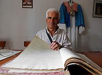 GRAGNANO RIPRISTINATO  L'ANTICO PREMIO DI MARITAGGIO PER LE DONNE CHE CONVOLERANNO A NOZZE ENTRO L'ANNO.NELLA FOTOLUIGI AMITRANO SEGRETARIO DELLA CONFRATERNITA DEL SS ROSARIO DEL TRIVIONE MOSTRA GLI ANTICHI REGISTRI DEL PREMIO.FOTO CIRO DE LUCA