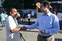RIO DE JANEIRO, RJ, 08 AGOSTO 2012 - ELEICOES 2012-MARCELO FREIXO - O candidato a Prefeito do Rio pelo PSOL, Marcelo Freixo, encontra eleitores e toma cafe na Central do Brasil, no centro do rio.(FOTO: MARCELO FONSECA / BRAZIL PHOTO PRESS).