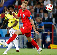 MOSCU - RUSIA, 03-07-2018: Carlos SANCHEZ (Izq) jugador de Colombia disputa el balón con Harry KANE (Der) jugador de Inglaterra durante partido de octavos de final por la Copa Mundial de la FIFA Rusia 2018 jugado en el estadio del Spartak en Moscú, Rusia. / Carlos SANCHEZ (L) player of Colombia fights the ball with Harry KANE (R) player of England during match of the round of 16 for the FIFA World Cup Russia 2018 played at Spartak stadium in Moscow, Russia. Photo: VizzorImage / Julian Medina / Cont