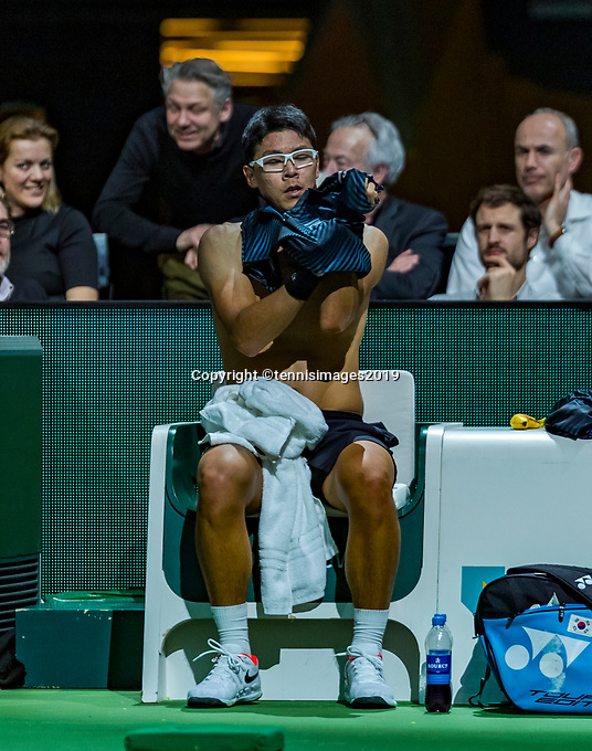 Rotterdam, The Netherlands, 11 Februari 2019, ABNAMRO World Tennis Tournament, Ahoy, first round singles: Hyeon Chung (KOR) changing his shirt<br /> Photo: www.tennisimages.com/Henk Koster