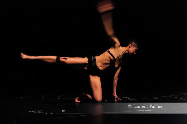 ALIBI<br /> <br /> Conception et interprétation - Lorena Dozio<br /> Création lumière - Séverine Rième<br /> Lieu : Main d'oeuvre<br /> Ville :  Saint Ouen<br /> Le 28/03/2014<br /> © Laurent Paillier / photosdedanse.com