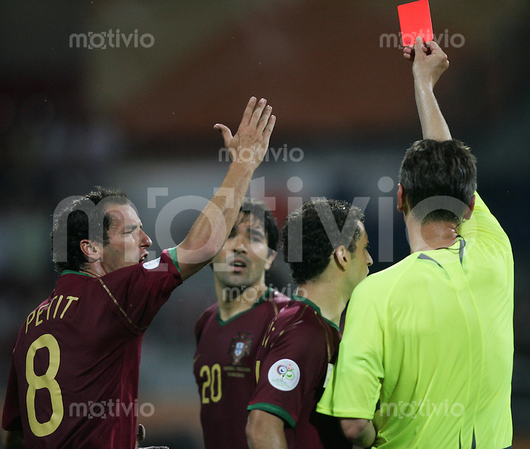 Fussball WM 2006 Achtelfinale  Portugal - Niederlande DECO (POR,mitte) sieht die Gelb-Rote-Karte von Schiedsrichter Valenntin IVANOV (RUS,re) - PETIT (POR,li) und SIMAO SABROSA (POR,2.v.re) sehen zu