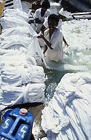 INDIA Tamil Nadu, Tirupur, worker bleach cotton fabric at bleaching unit / INDIEN Tamil Nadu, Arbeiter bleichen Baumwollstoffe in einer Bleicherei in Tirupur
